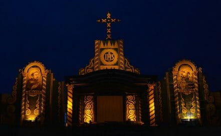 El altar que se ha montado en el parque Ñu Guazú, donde se celebrará la multitudinaria misa del domingo por la mañana. Está compuesto por retablos elaborados con frutos de la tierra (espigas de maíz, limones, zapallos, etc.)